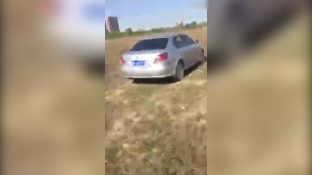 实拍男女野外车内做脸红举动 好事者一路小跑当场拍下