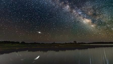 在阿萨蒂格岛国家海滨观看地球上的银河