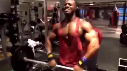 跟随国外小黑去看看他上肢力量是怎么锻炼的呢