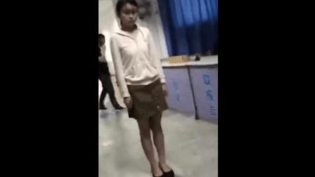 【灵异视频】实拍女子在医院里被鬼上身, 整个印堂都黑完