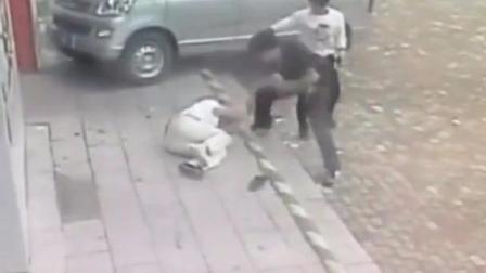 男子驾驶五菱宏光撞人后, 下车又从口袋内拿出小刀捅受害人数刀