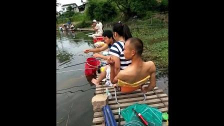 钓鱼: 这也太享受了吧 大哥你还有钓鱼的心情吗?