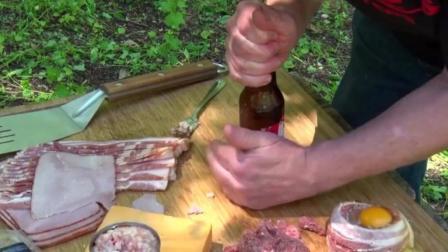 用啤酒瓶来处理培根肉, 这道美食的做法真是奇葩!