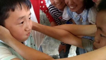 爆笑! 小学生含水互喷, 有人满脸口水