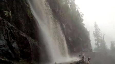 实拍!公路惊险大瀑布 越野车险被冲走