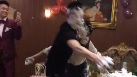 玩不起游戏的小心眼男生, 把蛋糕硬塞在女生嘴里!