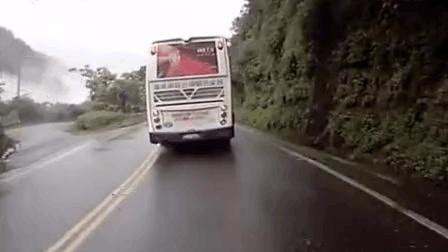 大巴雨天行驶五十铃货车弯道加速超车打滑, 这漂移我给满分!