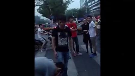 老外街頭挑釁中國人惹眾怒, 遭多名小伙圍毆暴揍...