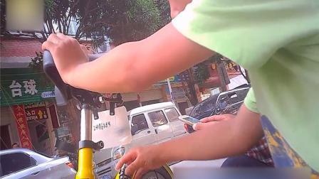 实拍!儿童徒手解锁共享单车