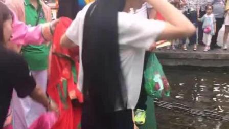 一头乌黑长发肤白美女校花玩水上游戏不怕湿身, 女神越玩越起劲儿