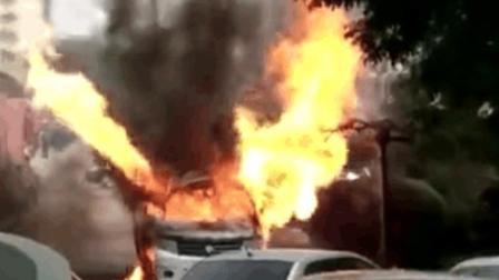 实拍给餐馆送煤气的罐车起火爆炸 炸声如雷