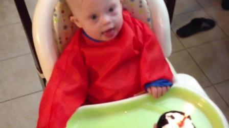 可爱的唐氏症宝宝过一周岁生日, 收礼物吃蛋糕开心的不得了!