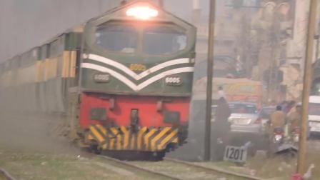 这列火车真给力 发动机声音真像直升机!