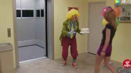 电梯里点蜡烛生日蛋糕惨遭水淋爆笑整蛊恶作剧