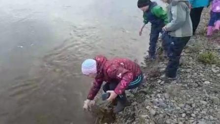 论正确的抓鱼姿势, 这才是抓鱼呢, 我们只有羡慕的份了。