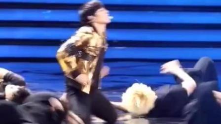张艺兴的这段舞蹈, 捂眼看, 我喜欢!