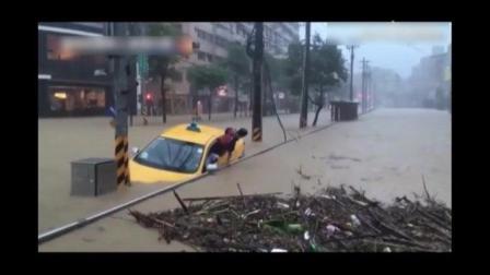 轿车被暴雨淹没, 乘客弃车逃生