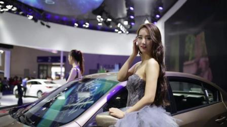 打望2017重庆车展上的美女车模!