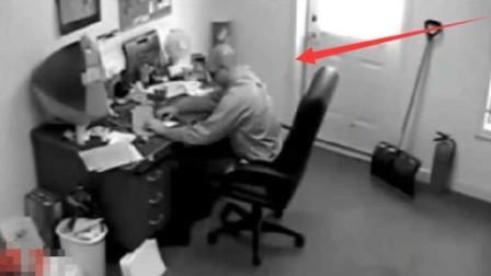 男子正在上班, 突然发觉椅子不对劲, 监控却拍下这样的一幕