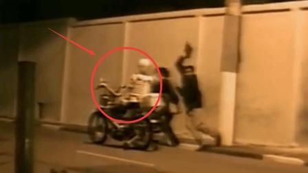恶搞: 大半夜骷髅骑车跟路人打招呼, 吓的路人撒