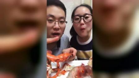 海豚姐姐和弟弟有在一块吃大龙虾了, 弟弟比姐姐馋!