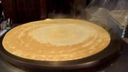 日本街头小吃: 奶油草莓煎饼的制作过程, 6美元一份, 看着很诱人