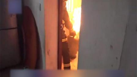 真英勇!实拍消防员冒险将着火煤气瓶抱出居民楼