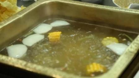 潮汕牛肉火锅   汕头牛肉的锅底无非就是牛骨汤。将一整头牛的骨头敲碎后  煮