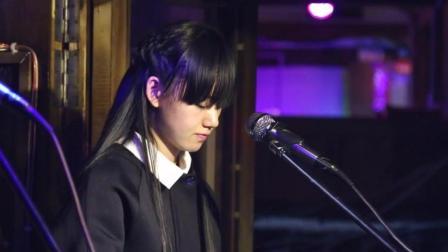 丽江酒吧长发美女, 翻唱了一首听了不想走的歌