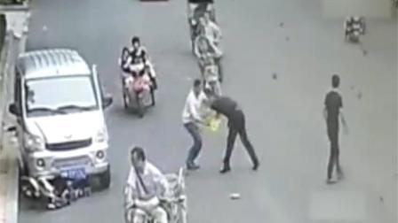 他当街持刀将情敌桶伤 而后开车离去