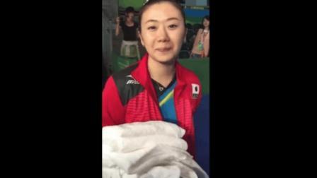 日本队打完比赛后都跑了, 福原爱一个人拧着小箱子, 拿着队友的毛巾慢慢收拾
