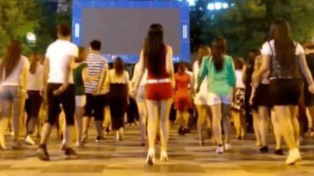 美女大晚上的穿着红色小短裤和高跟鞋跳广场舞 一定有目的