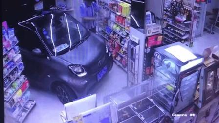 深夜, 镇江罗森便利店闯入一辆smart, 进店购买了一包薯片和一瓶酸奶随即离开……