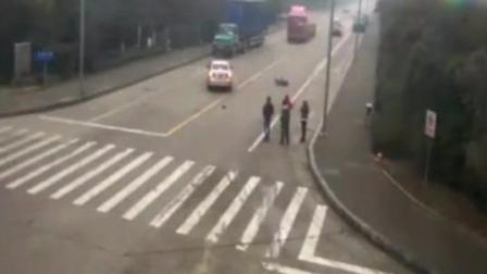 摩托车闯红灯被撞飞, 最悲惨的却是路人啊