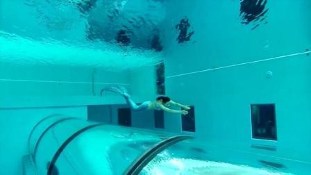 深40米的游泳池, 游一次2000人民币, 却吸引了数万游客