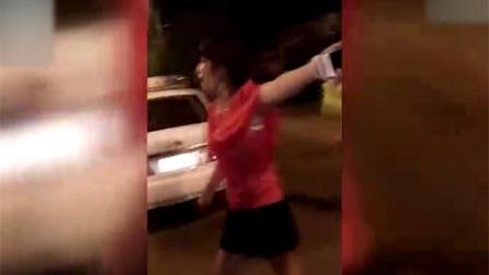 女子发酒疯飚英文怼交警 最终被辣椒水制服