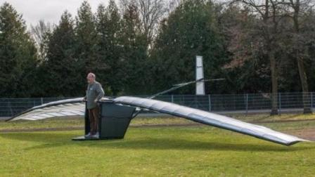 大爷发明人力飞机, 要不断的蹦才能飞, 半空中没劲咋办