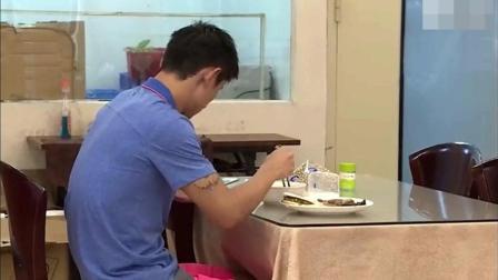 张继科训练结束第一个奔向食堂, 抢了一个肉夹馍, 一脸幸福开始玩手机