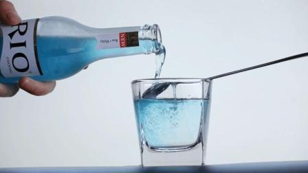 雪碧兑上养乐多, 加入冰块的一瞬间简直好喝到爆