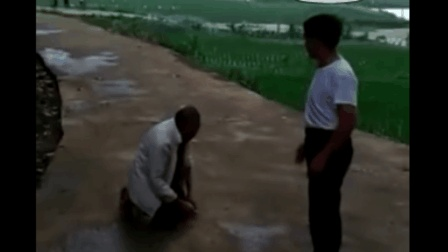 """90岁老父亲当街跪拜儿子 反被儿子骂""""老畜生"""""""