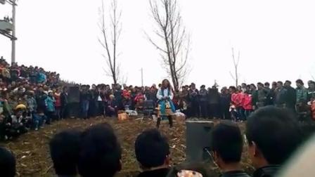 农村流浪歌手翻唱《走天涯》, 现场嗨翻不输原唱
