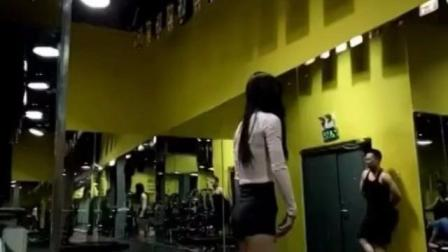 美女这么瘦, 臀部却很圆, 真性感!