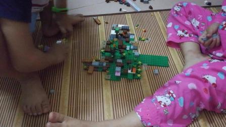 两兄妹玩积木看看他们在拼装什么 小伶玩具