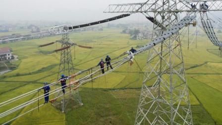 特高压电网架线, 航拍电网工人惊心动魄的高空作业!