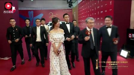 《建军大业》剧组亮相上海电影节红毯 明星太多数不过来