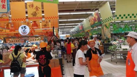 超市父亲节特价 人头涌动居然有些货架都空了