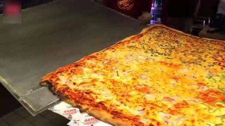 老外做的超级大披萨, 6人一组看谁先吃完, 还有奖励