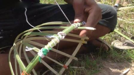在家也可以制作, 实拍用竹子编成的捕鸟陷阱!