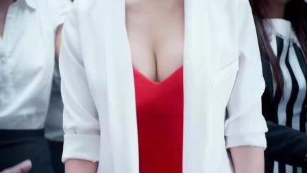 爆笑! 美女的胸太大被电梯夹住了!