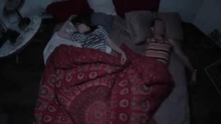 监控实拍, 小情侣睡觉时诡异画面!